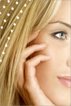 Волосы со стразами. Как прикрепить (приклеить) стразы на волосы?