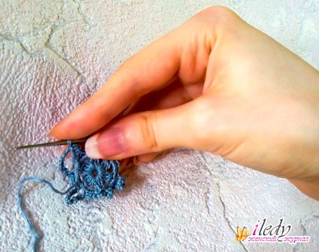 как держать крючок при вязании
