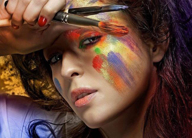 Некачественная косметика и недостаточное очищение кожи перед сном - причина появления прыщей!