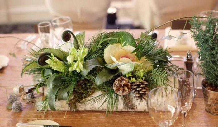 servirovka-novogodnego-stola-zhivymi-tsvetami
